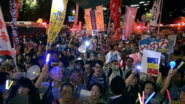 9月14日(月)の夕方、戦争法案を廃案にすべく4万5千人余の人々が手に... 怒髪天を衝く闘いを