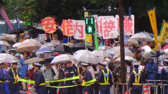 「どうにも安倍政権に我慢ならない!」〜退陣もとめ雨の国会前に2万7千人